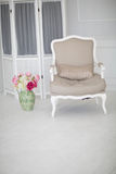 Роскошный чистый яркий белый интерьер просторная комната с солнечным светом и цветками в вазах Стоковое Изображение