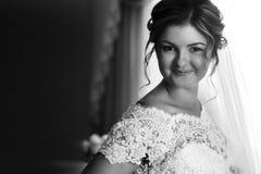 Роскошный шикарный белокурый получать невесты одел в утре с стоковое фото rf