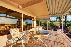 Роскошный экстерьер дома Задняя палуба с отражением захода солнца в окнах Стоковые Изображения RF