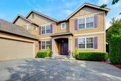 Роскошный экстерьер дома с фиолетовыми элементами Стоковые Изображения