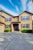 Роскошный экстерьер дома с фиолетовыми элементами Стоковое Изображение