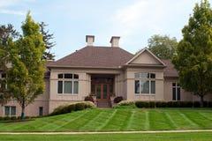 Роскошный дом с 2 печными трубами камина Стоковая Фотография RF