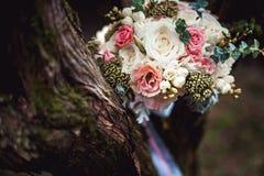 Роскошный bridal букет белых пионов и роз на дереве Стоковое фото RF