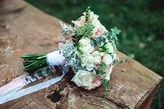 Роскошный bridal букет белых цветков на деревянной доске Стоковые Фото
