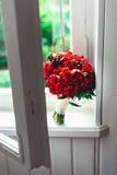 Роскошный bridal букет сделанный красных роз и пиона Стоковая Фотография