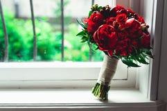 Роскошный bridal букет сделанный красных роз и пиона Стоковые Изображения