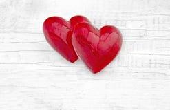 2 роскошных красных сердца на белой деревянной предпосылке valentines дня счастливые Стоковое Изображение