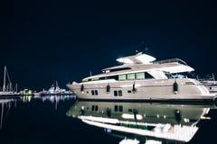 Роскошь плавать в гавани Spezia Ла на ноче с отражением в wa Стоковая Фотография RF