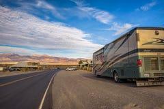 Роскошь RV припарковала на промежуточной станции Wells Stovepipe в Death Valley Стоковое фото RF
