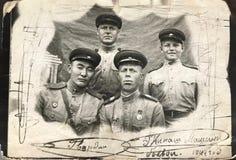 РОССИЙСКАЯ ФЕДЕРАЦИЯ, КИЕВ - 15-ое июля 1944: Члены команды боевого танка перед идти к историческому сражению на Lwow, Украине Стоковые Изображения RF