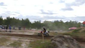 Российская Федерация 10-ое июня 2018, зона Bryansk, Ivot - весьма спорт, перекрестный motocross Мотоциклист входит в сток-видео