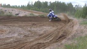 Российская Федерация 10-ое июня 2018, зона Bryansk, Ivot - весьма спорт, перекрестный motocross Мотоциклист входит в видеоматериал