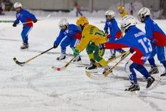 РОССИЯ, АРХАНГЕЛЬСК - 14-ОЕ ДЕКАБРЯ 2014: хоккейная лига 1-ых детей этапа перебрасывается, Россия Стоковое Изображение