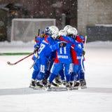 РОССИЯ, АРХАНГЕЛЬСК - 14-ОЕ ДЕКАБРЯ 2014: хоккейная лига 1-ых детей этапа перебрасывается, Россия Стоковая Фотография