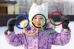 Россия, город Yasny, область Оренбурга, каток школы, 12-10 Олимпийские кольца в руках красивой девушки Стоковые Фотографии RF