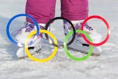 Россия, город Yasny, область Оренбурга, каток школы, 12-10 Олимпийские кольца против фона коньков льда Стоковые Изображения