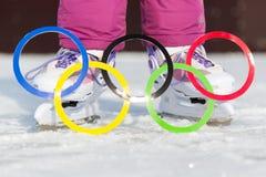 Россия, город Yasny, область Оренбурга, каток школы, 12-10 Олимпийские кольца против фона коньков льда стоковое изображение