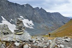 Россия, горы Altai, туристы идя до пропуск Kuiguk Kuyguk стоковое изображение rf