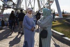 Россия, Казань, может 1, 2018, мусульманские женщины в парке, редакционном Стоковые Фото
