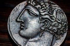 РОССИЯ - МАРТ 2019: Монетка сувенира с изображением стороны конца-вверх древнегреческого стоковые фотографии rf