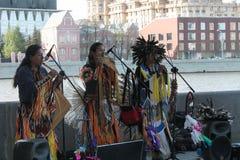 Россия, Москва, может 9, 2015, индейцы играя музыкальные инструменты, хиппи, редакционные Стоковые Изображения