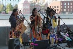 Россия, Москва, может 9, 2015, индейцы играя музыкальные инструменты, хиппи, редакционные Стоковое фото RF
