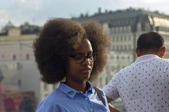Россия, Москва, 4-ое августа 2018, Афро-американский студент с пышными волосами, редакционными стоковое фото