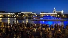РОССИЯ, МОСКВА - 18-ОЕ АВГУСТА 2017 Люди танцуя на Gorky паркуют обваловку реки в вечере Стоковая Фотография RF
