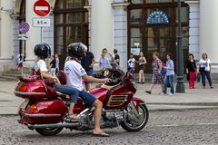 Россия, Москва, 4-ое августа 2018, молодая пара ехать мотоцикл, редакционный стоковая фотография