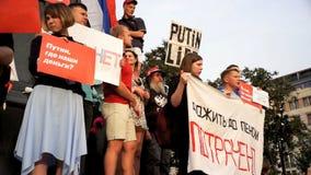РОССИЯ, МОСКВА - 9-ОЕ АВГУСТА 2018: Ралли против реформы пенсии Окрики толпы: ОДНО, 2, 3, РАЗРЕШЕНИЕ ПУТИНА 4 видеоматериал