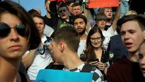 РОССИЯ, МОСКВА - 9-ОЕ АВГУСТА 2018: Ралли против реформы пенсии Окрики толпы: ОБМАНЩИКИ И ПОХИТИТЕЛИ, 5 МИНУТ К акции видеоматериалы