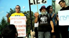 РОССИЯ, МОСКВА - 9-ОЕ АВГУСТА 2018: Ралли против реформы пенсии Окрики толпы: ПУТИН ЛЕЖАЛО К ЛЮДЯМ ПУТИН A видеоматериал