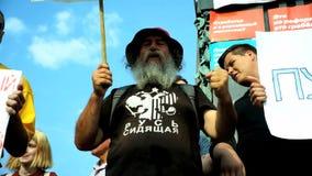 РОССИЯ, МОСКВА - 9-ОЕ АВГУСТА 2018: Ралли против реформы пенсии Человек от толпы критикует президента Путина видеоматериал
