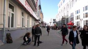 Россия, Москва - 15-ое июля 2018: Замедленное движение сняло толпы идя в улицы footage Толпа города пешеходов дальше видеоматериал