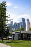 РОССИЯ, МОСКВА - 30-ое июня 2017: Автосалон Lamborghini против фона небоскребов города Москвы и голубого неба Стоковая Фотография RF