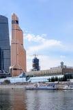 РОССИЯ, МОСКВА - 30-ое июня 2017: Деловый центр Москвы Москв-города зданий небоскреба международный - современное коммерчески dis Стоковое Фото