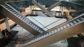 Россия Москва - 7-ое июня 2018: Москва - здания делового центра города зала делового центра езда людей на эскалаторе акции видеоматериалы
