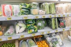 РОССИЯ, МОСКВА, 11-ОЕ ИЮНЯ 2017: Разные виды продуктов на полках в супермаркете Auchan Стоковые Изображения