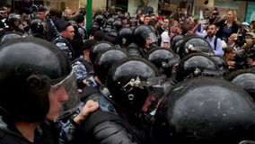РОССИЯ, МОСКВА - 12-ОЕ ИЮНЯ 2017: Ралли против коррупции организованной Navalny на улице Tverskaya Полиция сжимает a