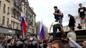 РОССИЯ, МОСКВА - 12-ОЕ ИЮНЯ 2017: Ралли против коррупции организованной Navalny на улице Tverskaya Люди взобрались на