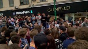 РОССИЯ, МОСКВА - 12-ОЕ ИЮНЯ 2017: Ралли против коррупции организованной Navalny на улице Tverskaya Полиция извлекает