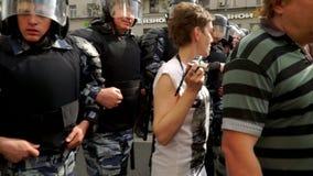 РОССИЯ, МОСКВА - 12-ОЕ ИЮНЯ 2017: Ралли против коррупции организованной Navalny на улице Tverskaya Полиция нажимает