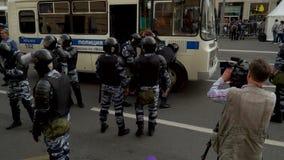 РОССИЯ, МОСКВА - 12-ОЕ ИЮНЯ 2017: Ралли против коррупции организованной Navalny на улице Tverskaya Полиция водит a