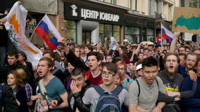 РОССИЯ, МОСКВА - 12-ОЕ ИЮНЯ 2017: Ралли против коррупции организованной Navalny на улице Tverskaya Chanted толпа