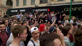 РОССИЯ, МОСКВА - 12-ОЕ ИЮНЯ 2017: Ралли против коррупции организованной Navalny на улице Tverskaya E