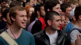 РОССИЯ, МОСКВА - 12-ОЕ ИЮНЯ 2017: Ралли против коррупции организованной Navalny на улице Tverskaya Молодые люди chanting