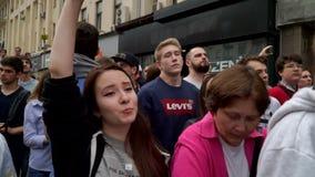 РОССИЯ, МОСКВА - 12-ОЕ ИЮНЯ 2017: Ралли против коррупции организованной Navalny на улице Tverskaya Chanted толпа: Witho России