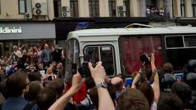 РОССИЯ, МОСКВА - 12-ОЕ ИЮНЯ 2017: Ралли против коррупции организованной Navalny на улице Tverskaya Шины полиции управляя через th сток-видео