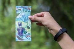 Россия, Москва, 17-ое июня 2018, 100 рублей в руке, кубке мира, редакционном Стоковое фото RF
