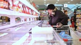РОССИЯ, МОСКВА, 7-ое марта 2015, тучное приобретение женщины видеоматериал
